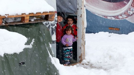 Siria, il freddo che uccide tra le tendopoli dei campi profughi in Libano e Giordania