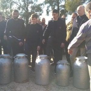 Cagliari, protesta pastori per prezzo latte: giocatori solidali