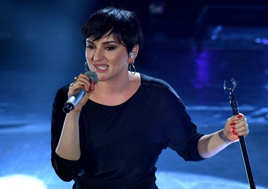 """Arisa canta con la febbre e stona, ma il pubblico è con lei: """"Ti amiamo lo stesso"""""""