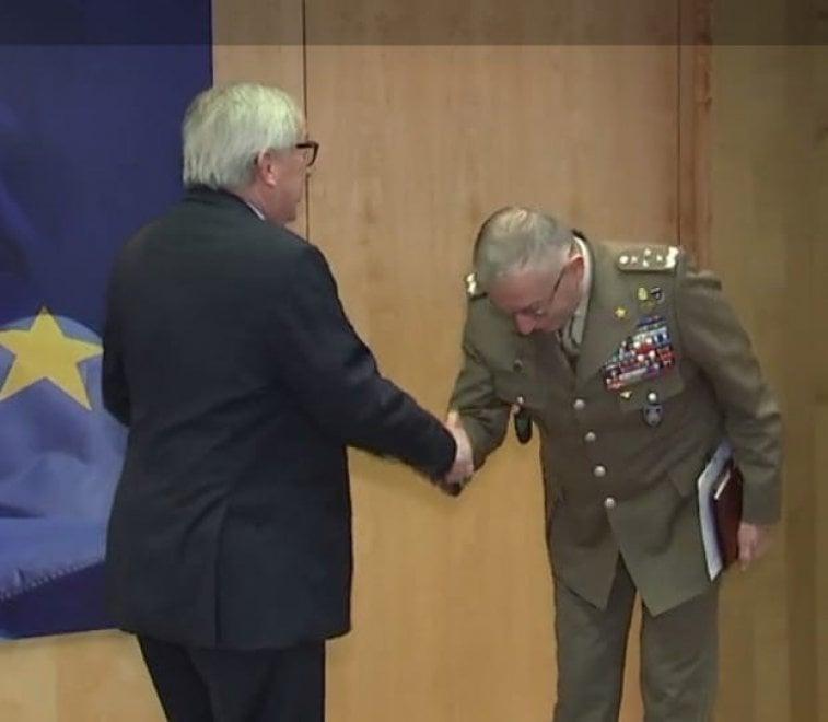 """L'inchino del generale Graziano al suo nuovo """"capo"""": Jean-Claude Juncker"""