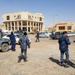 """Libia, il generale Haftar attacca nel Sud, il governo di Tripoli lo denuncia per """"crimini di guerra"""""""
