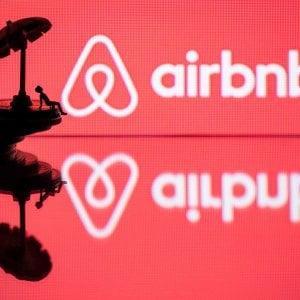 """La sindaca di Parigi denuncia Airbnb: """"Non rispetta le regole"""""""