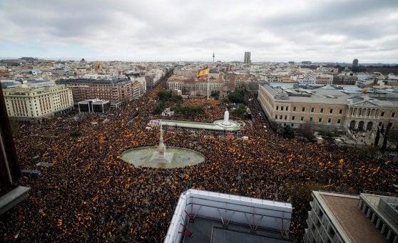 """Spagna, destra in piazza contro il governo socialista di Sanchez: """"Elezioni anticipate"""""""
