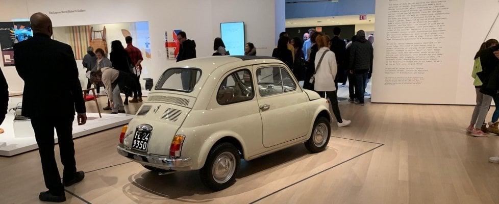 E al Moma tutto il pubblico intorno alla Fiat 500
