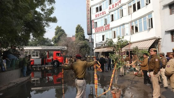 India, incendio in hotel a New Delhi: 17 morti