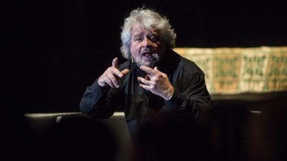"""Beppe Grillo contestato da no-vax a Bologna. Lui agli abruzzesi: """"Ci ridiano i 700 mila euro"""""""