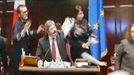 Referendum, bagarre alla Camera. Fico saluta il Pd che lascia l`Aula e poi si scusa.-VIDEO-