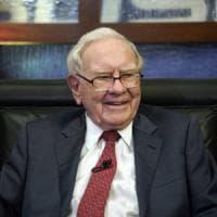 Buffett torna alla finanza: scommette sulle banche, taglia Apple