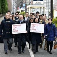 """In Giappone 13 coppie gay fanno causa al governo: """"Abbiamo il diritto di sposarci"""""""