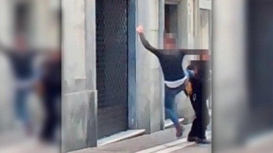 Carrara, clochard preso a calci tra i passanti in centro: nessuno interviene