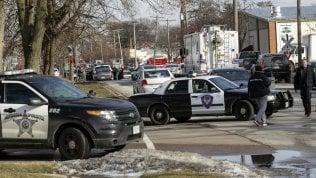 Sparatoria in un'azienda dell'Illinois, cinque i morti: ucciso l'uomo che ha aperto il fuoco
