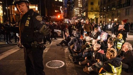 Muro col Messico, centinaia in piazza contro emergenza di Trump: decine di arresti