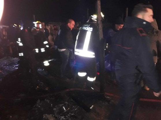 """Nuovo rogo nella tendopoli di San Ferdinando, muore un giovane migrante. Il Viminale: """"Via allo sgombero da subito"""""""
