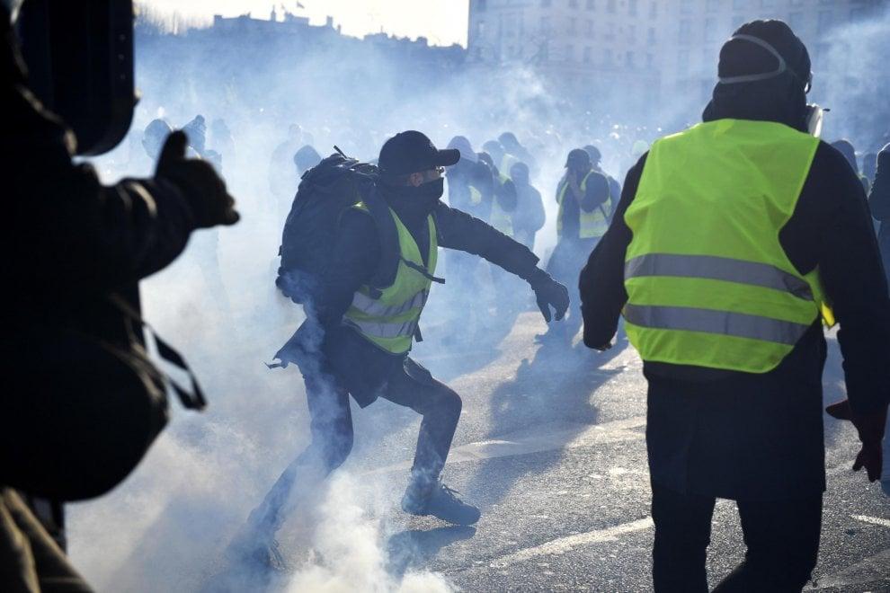 Parigi, caos gilet gialli: scontri e lancio di lacrimogeni nella zona degli Invalides