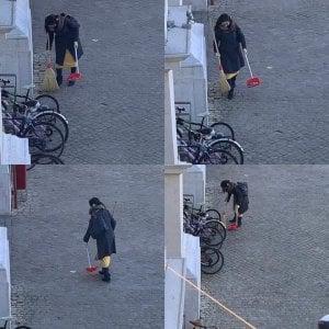 """Pesaro, caccia alla """"spazzina volontaria"""". Il sindaco vuole premiarla"""