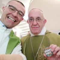 """Selfie di Papa Francesco su Fb con la spilla """"Apriamo i porti"""""""