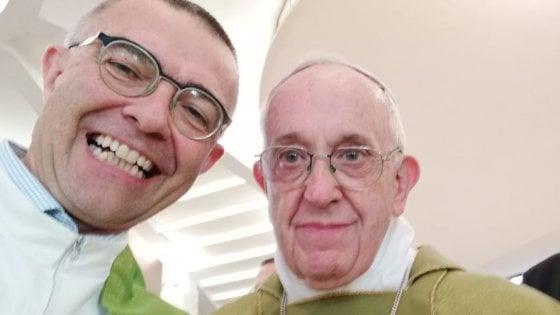 "Selfie di Papa Francesco su Fb: ""Apriamo i porti"""