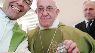 "Selfie del Papa su Facebook con la spilla ""Apriamo i porti"""