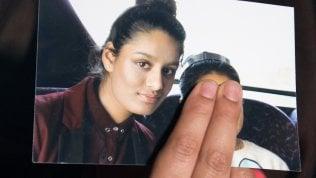La giovanissima jihadista inglese diventa mamma. Sul suo rientro in patria il Regno Unito si divide