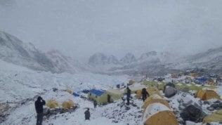 """Discarica Everest, la Cina chiude ai turisti: """"Troppa spazzatura"""""""