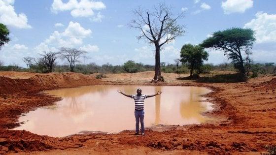 """Kenya, l'uomo che porta l'acqua agli animali assetati: ''Siccità, non possiamo restare a guardare"""""""
