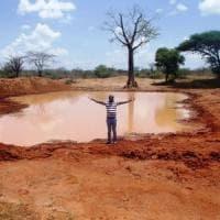 Kenya, l'uomo che porta l'acqua agli animali assetati: ''Siccità, non possiamo restare a...