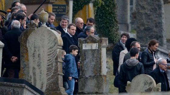 Profanate 80 tombe in un cimitero ebraico in Alsazia. L'omaggio di Macron, Francia in piazza