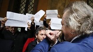 Diciotti, la giunta dice no al processo a Salvini. Giarrusso fa il gesto delle manette ai dem che protestano videoBonadefe lo sconfessa