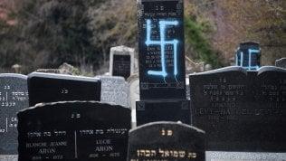 """Alsazia, cimitero ebraico profanato con svastiche. Macron: """"Leggi più dure contro l'antisemitismo"""""""
