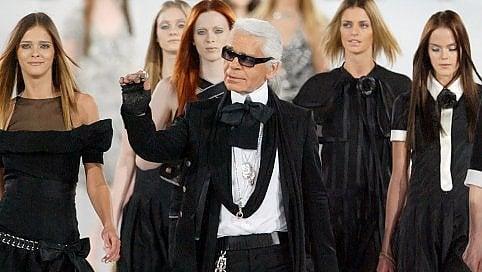 """Morto Lagerfeld, stilista diventato icona pop. Claudia Schiffer: """"Era la mia polvere magica"""" Fotostoria"""