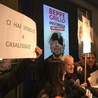 """M5S, Grillo: """"Basta aggressioni a colpi di 'onestà' e 'manette'"""". Protesta davanti al..."""