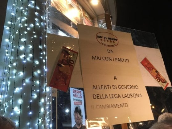 """M5S, Grillo: """"Basta aggressioni a colpi di onestà e manette"""". Protesta davanti al teatro: """"Ci hai venduti a Casaleggio"""""""