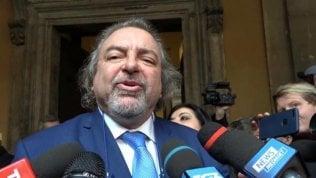 """Giarrusso mima le manette rivolto al Pd. Bonafede: """"Non si deve permettere"""" Video"""