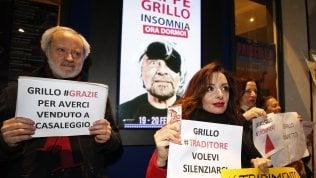 """M5S, Grillo: """"Basta aggressioni a colpi di 'onestà' e 'manette'"""". Protesta davanti al teatro: """"Ci hai venduti a Casaleggio"""""""