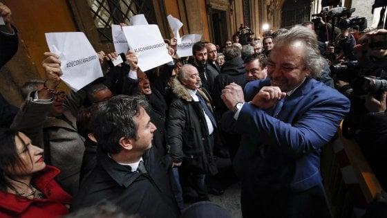 Diciotti, giunta del Senato dice no al processo a Salvini. Giarrusso mima le manette rivolto al Pd. Bonafede lo sconfessa