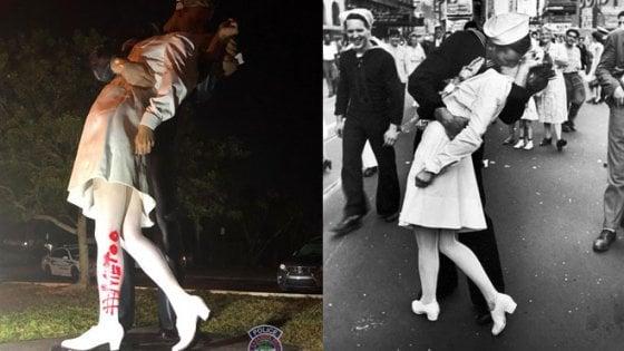 """""""Quel bacio non fu ricambiato"""". Il #MeToo colpisce la statua ispirata al bacio della vittoria"""