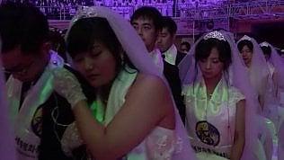 Denaro a chi sposa una straniera: le istituzioni accusate di favorire la tratta di donne
