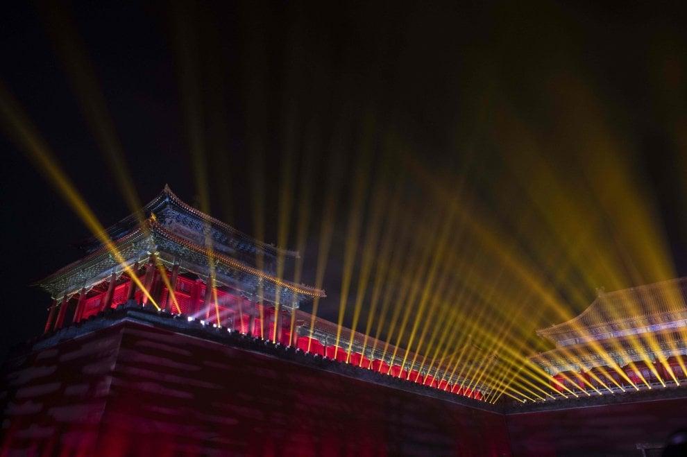 Cina, apre di notte la Città Proibita: tra lanterne rosse e fasci di luce puntati al cielo