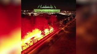 Una strada in fiamme: così i tifosi scortano il pullman dello Zenit
