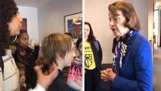 """Video Scontro tra studenti e la senatrice dem Usa: """"Dica sì alla riforma ambientalista"""". """"No, non mi voti e so quello che faccio"""""""
