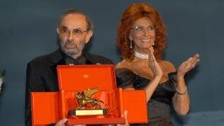 Stanley Donen con Sophia Loren e il Leone d'oro