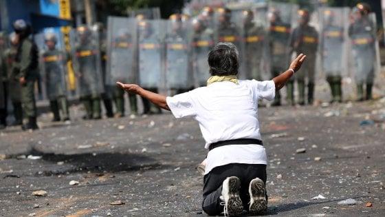 """Venezuela, militari disertano al confine con la Colombia. Guaidò: """"Fate entrare gli aiuti"""""""