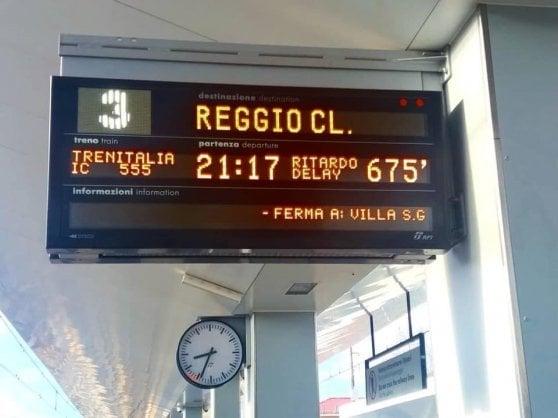 Incendio sui binari in Calabria, l'Italia dei treni va in tilt. Ritardi anche di 13 ore
