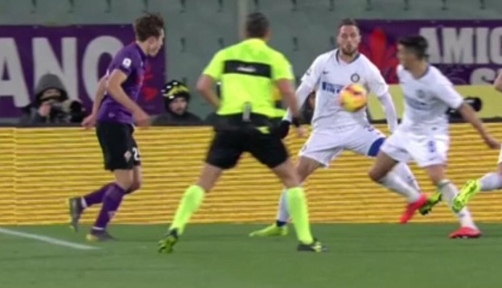 Fiorentina-Inter, ecco il rigore contestato concesso dal Var: D'Ambrosio colpisce con il petto o con il braccio?
