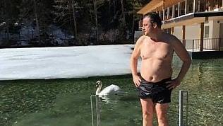 Calenda e il bagno nella neve per sfidare Salvini. Ma i follower su twitter non gradiscono la foto