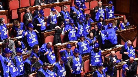 Quota cento e reddito di cittadinanza, sì del Senato. Casellati contro Fi per i gilet azzurri. Bagarre per le parole di Taverna