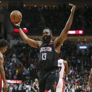 Basket, Nba: secondo ko di fila per Golden State, Harden show: 58 punti, Houston vola