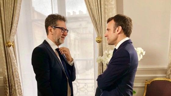 """Fazio da Macron: """"Domenica su Rai Uno l'intervista al presidente francese"""". FdI attacca: """"Quanto è costato il viaggio?"""""""