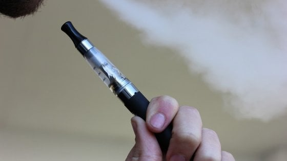 E-cig: efficaci per smettere di fumare. Ma gli aromi sono nocivi