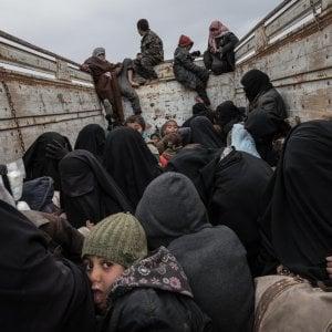 Siria, offensiva contro l'Isis a Baghuz: civili in fuga, decine di jihadisti si arrendono
